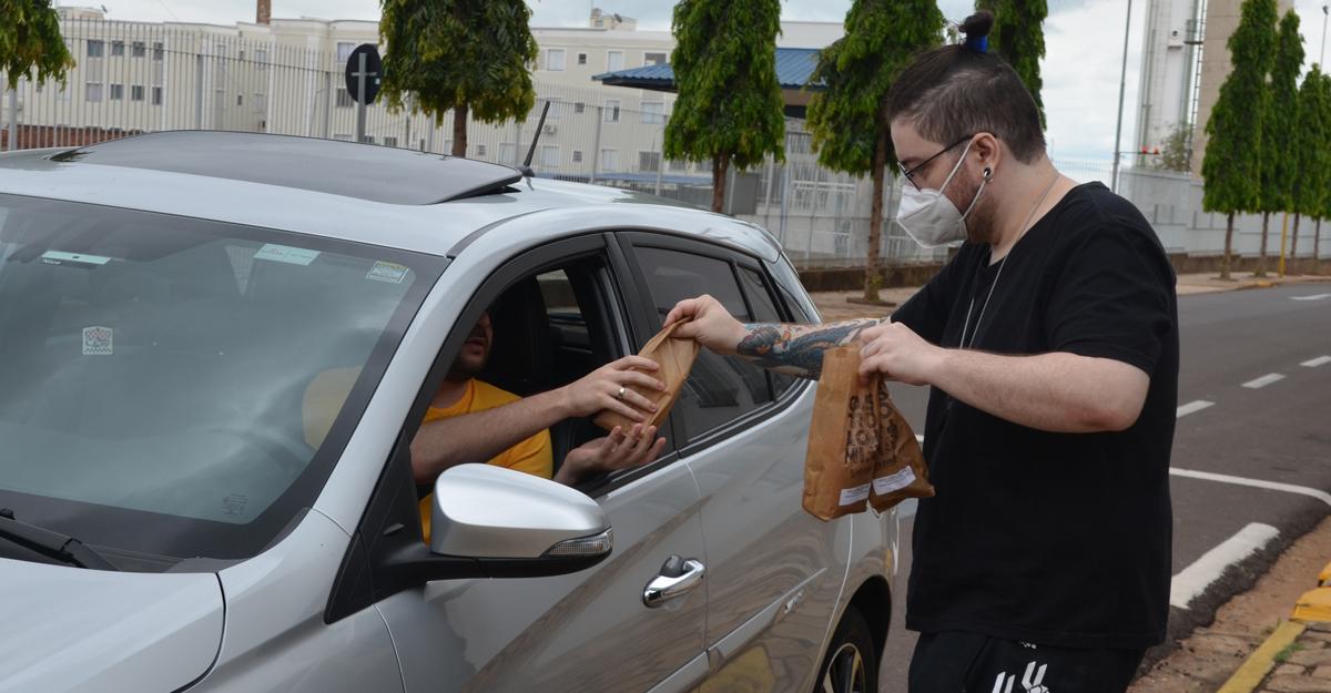 """imagem-https://noticias.toledoprudente.edu.br/noticia/2021/10/alunos-de-gastronomia-produzem-e-vendem-cerca-de-300-paes-em-prol-do-projeto-""""com-vida"""""""